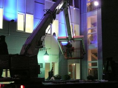 Монтаж светового оборудования для подсветки зданий