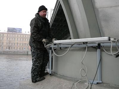 Монтаж светового оборудования подсветки мостов