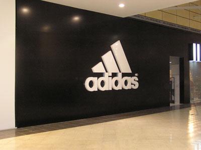 Световые короба с использованием накладных элементов - наружная реклама Adidas